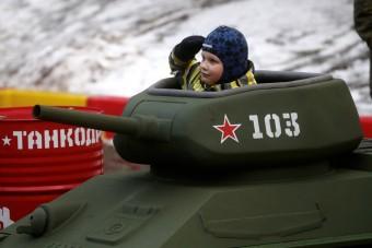Gyerekeket ültetnek tankokba az oroszok