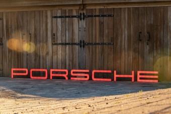 Ha van 4,3 méternyi szabad falad, akkor ez a Porsche felirat pont jó lesz oda