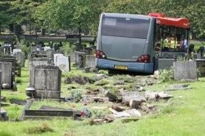 Temetőben pusztított, 30 halottat gázolt a busz