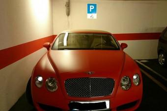 Mozgáskorlátozott helyre parkolt a magyar bentley-s
