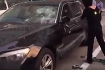 Kalapáccsal verte szét hűtlen férje BMW-jét