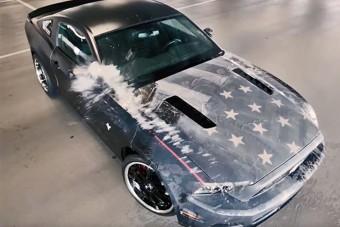 Ezen a Mustangon olyan fényezés van, hogy lehidalsz